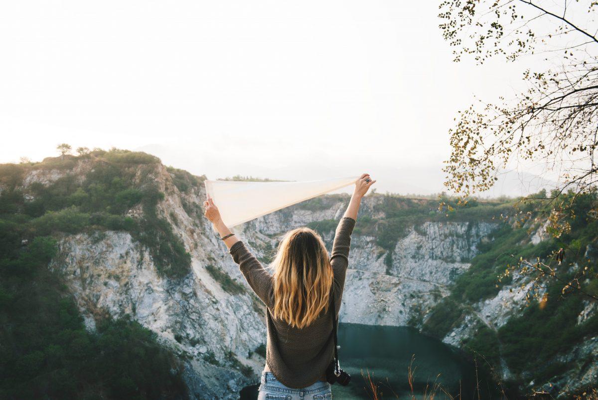 Die wenigsten Menschen würden von sich behaupten, dass sie genug Selbstbewusstsein haben und dass sie sich selber bedingungslos lieben. Dabei ist beides so wichtig für ein glückliches Leben. Aber mehr Selbstbewusstsein zu bekommen kann man lernen und sich selbst zu lieben kann man üben. Wie das geht, zeige ich Dir mit ein paar hilfreichen Tipps in diesem Blog Beitrag.