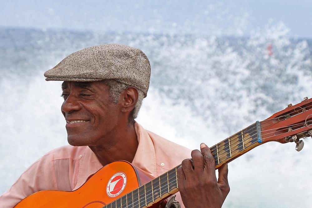 Gitarrist in Havanna, Kuba an der Strandpromenade