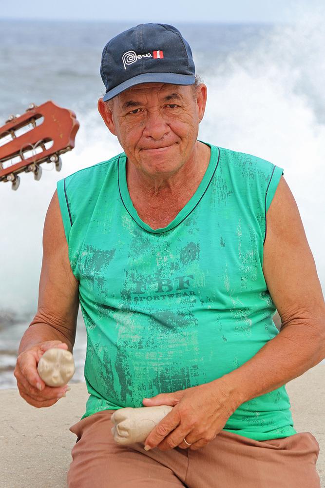 Havanna, Kuba. Musiker am Malecon mit Rhythmusinstrument.