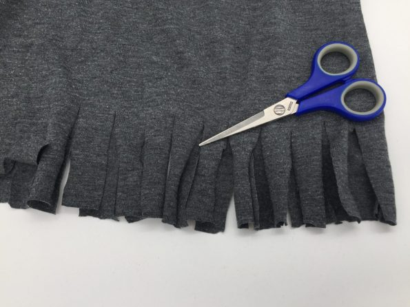 Fransen in das T-Shirt schneiden