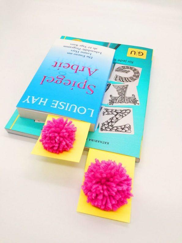 DIY Anleitung: So macht Ihr Euch Lesezeichen aus Pompoms selber