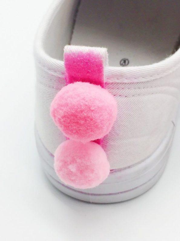 DIY Kleidung Upcycling Schuhe mit Pompoms selber basteln