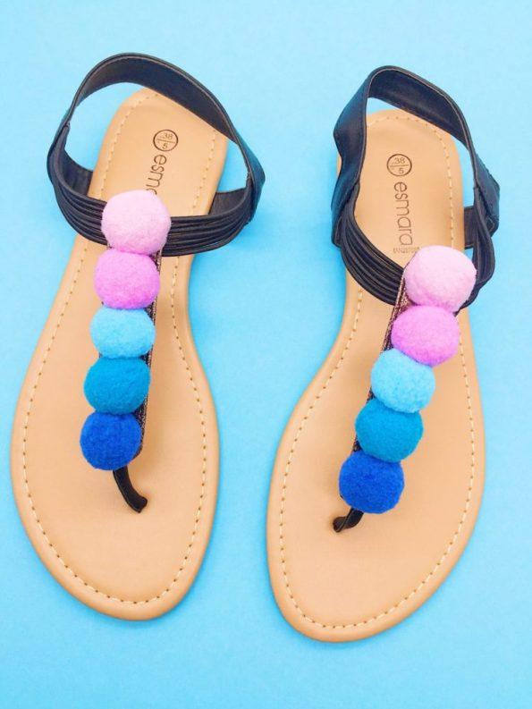 Upcycling Ideen Schuhe mit Pompoms aufhübschen