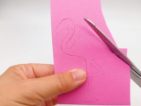 DIY Ideen: Flamingo Strohhalme aus Moosgummi selber machen Schere