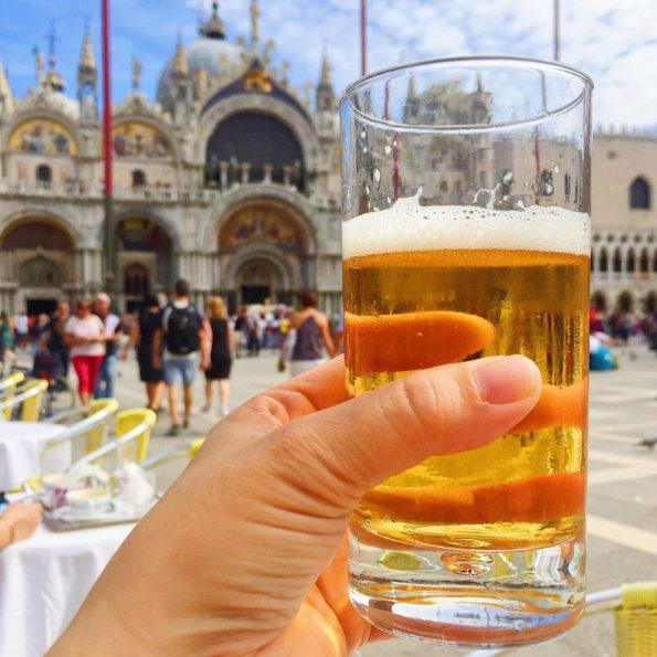 Teures Vergnügen: Ein Bier auf dem Markusplatz in Venedig kostet rund 13 Euro
