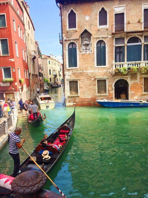 Traumhafte Kulisse: mit der Gondel durch die Kanäle Venedigs fahren