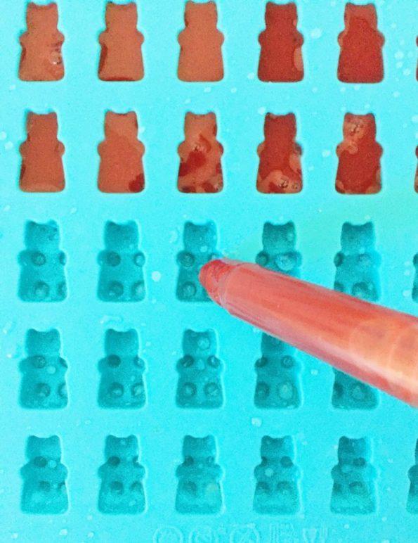 Die Masse mit der Pipette in die Gummibärchen Silikon Form füllen