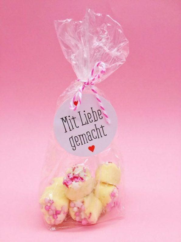 Süßes DIY Geschenk: Herzen aus Schokolade selber machen