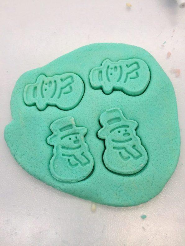 Bunte Anhänger als Salzteig selber machen: mit Lebensmittelfarbe einfärben und Formen ausstechen