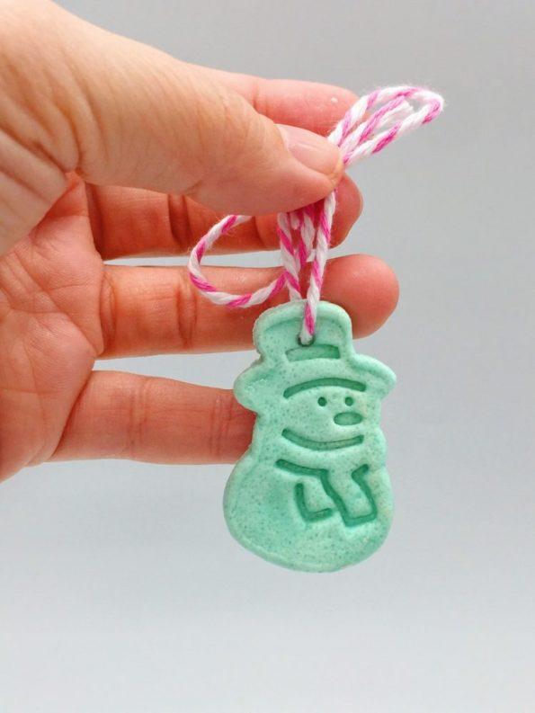 Weihnachtsbasteln: Anhänger selber machen aus Salzteig