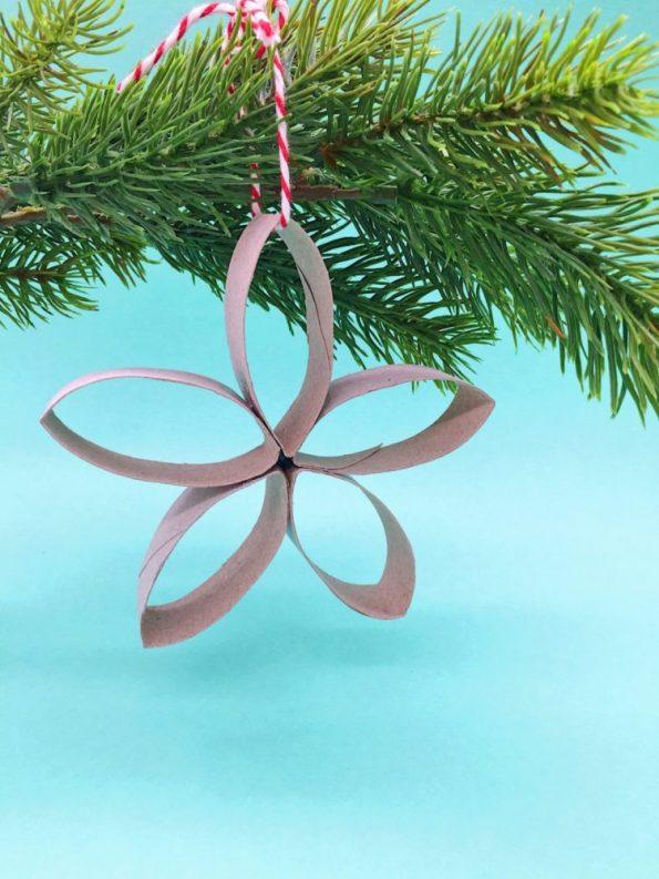 Weihnachtsbasteln mit Klorrollen: Sterne als Christbaumanhänger selber machen