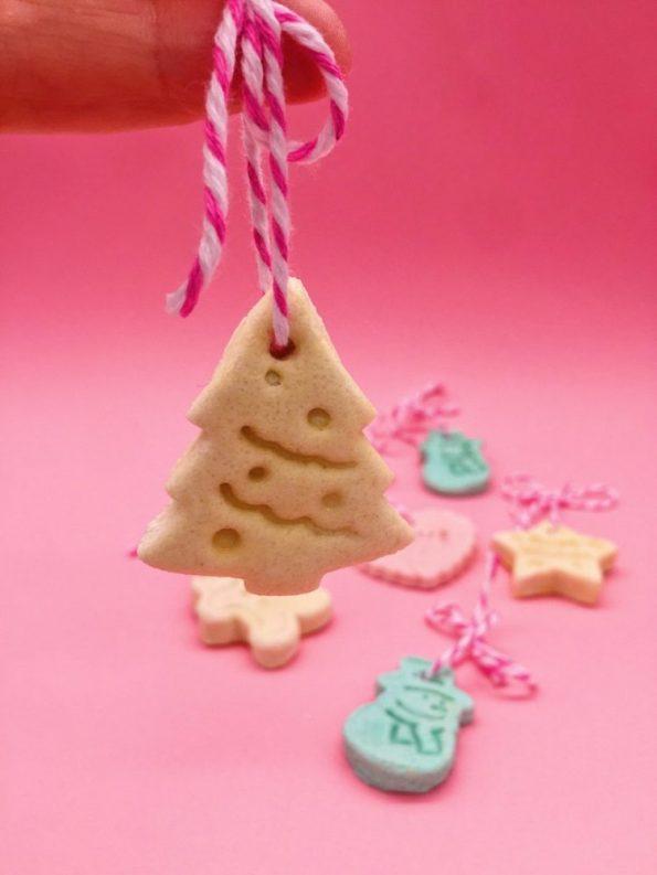 Weihnachtsdeko basteln mit Anhängern aus Salzteig