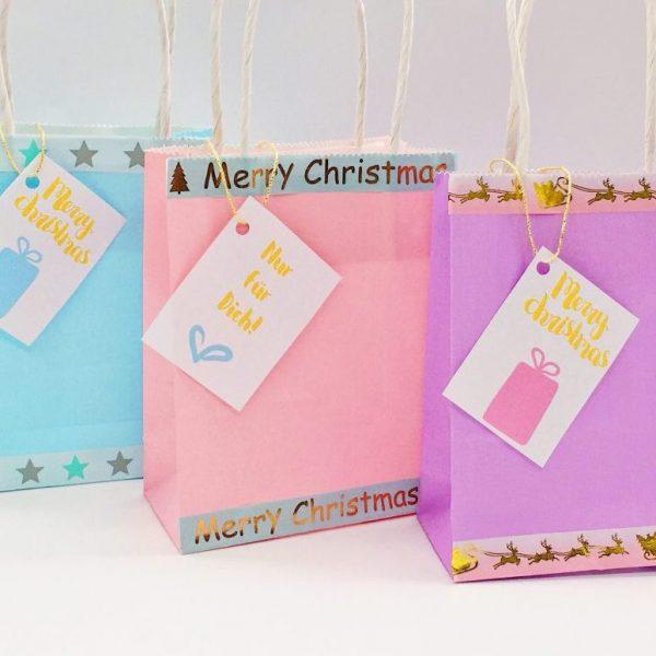 Geschenke verpacken für Weihnachten mit Geschenkeanhängern
