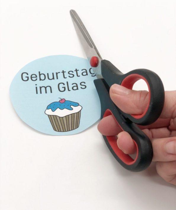 DIY Geschenke im Glas selber machen: Etikett mit Schere ausschneiden