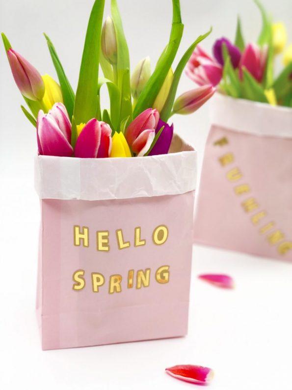 Frühlingsdeko selber machen mit Papiertüten Motiv Hello Spring