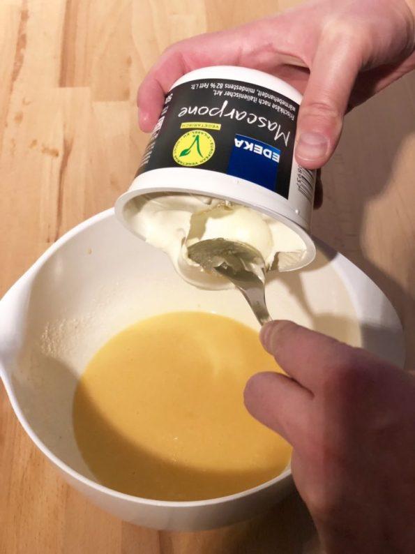 Tiramisu ohne Ei selber machen Mascarpone hinzugeben