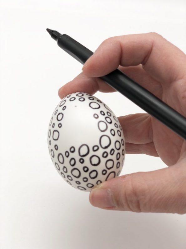 Ostereier bemalen in schwarz weiß schnelle DIY Ideen Motiv: Kreise