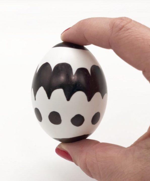 Ostereier bemalen in schwarz weiß schnelle DIY Ideen Motiv: Muster