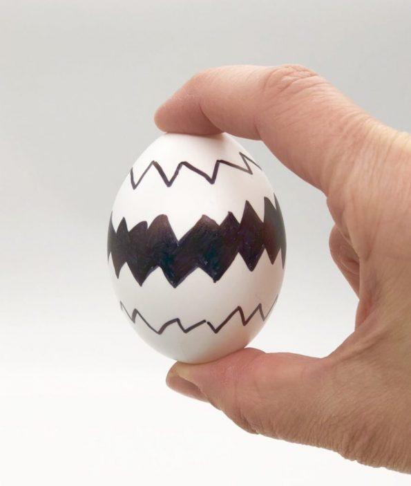Ostereier bemalen in schwarz weiß schnelle DIY Ideen Motiv: Zacken-Muster