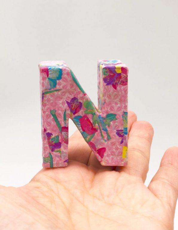 DIY Frühlingsdeko selber machen mit Buchstaben aus Pappe N