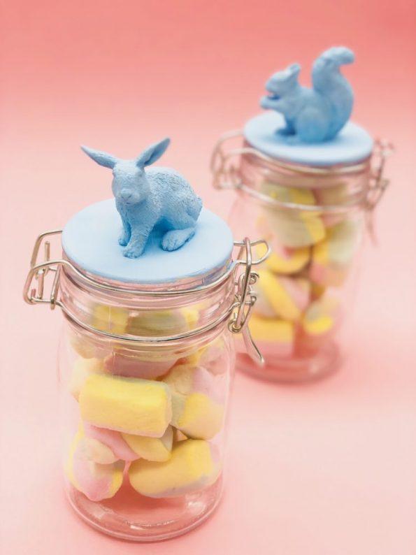 Kleine Ostergeschenke basteln aus Einweggläsern mit Gummifiguren