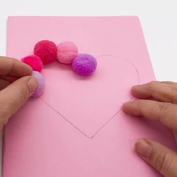 Basteln mit Pompoms auf Tonpapier aufkleben