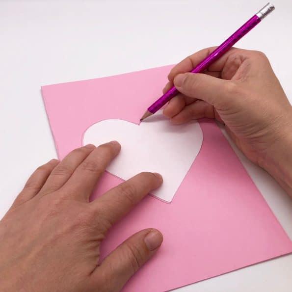 Basteln mit Pompoms aufs Tonpapier aufzeichnen