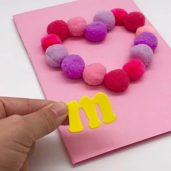 Basteln mit Pompoms Klebebuchstaben aus Moosgummi