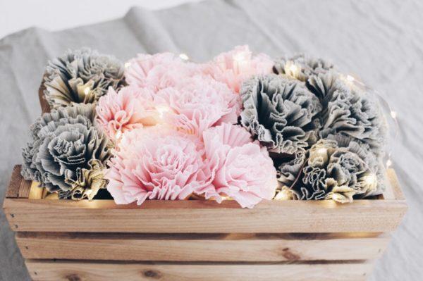Blumen basteln aus Krepppapier und Lichterkette schöne Frühlingsdekoration