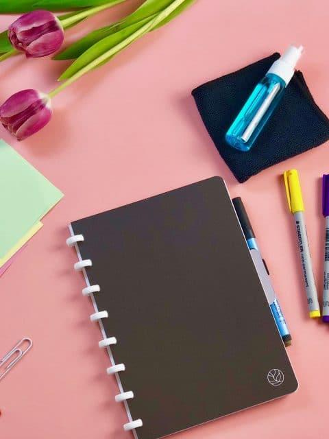 GreenBook Set zur Arbeitsorganisation mit Kalender, Stiften, Spray und Tuch