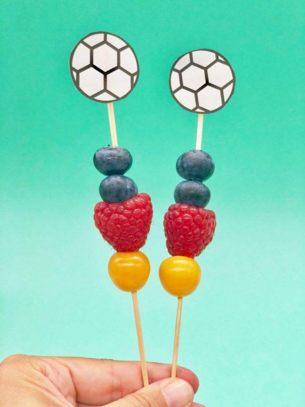 Kleine Snacks - Obst Spieße für die Fußball Party in Zusammenarbeit mit OTTO