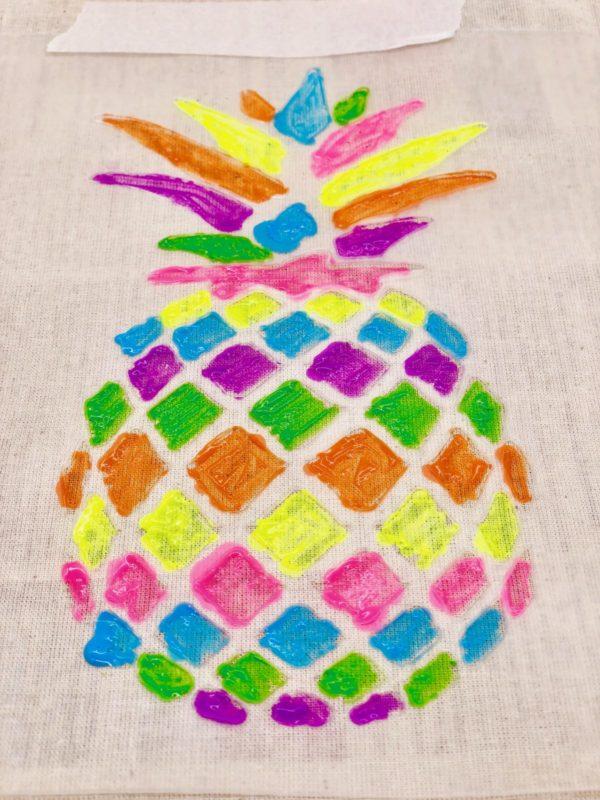 Ananas in Regenbogenfarben auf Stoffbeutel malen