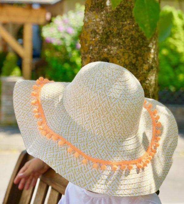 Sommeroutfit - Sommerhut mit Pompoms Bordüre selber machen