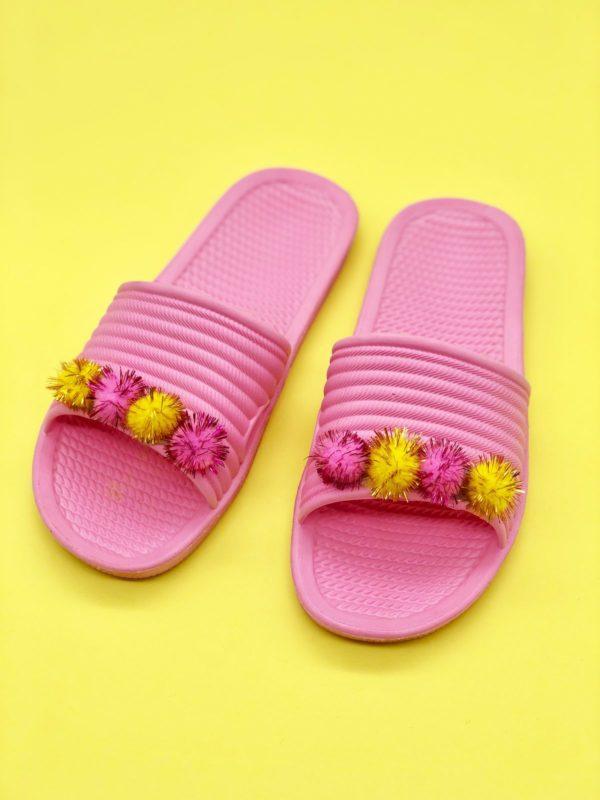 Upcycling Ideen: Sommer Schlappen mit Pompoms verschönern
