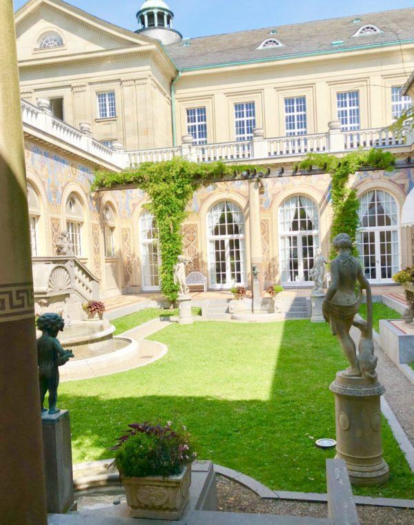 Zauberhafter Innenhof: Der Schmuckhof im Regentenbau