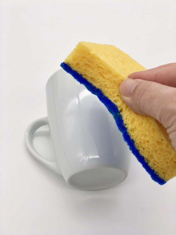Das Porzellan muss vor dem Bemalen gut gesäubert werden