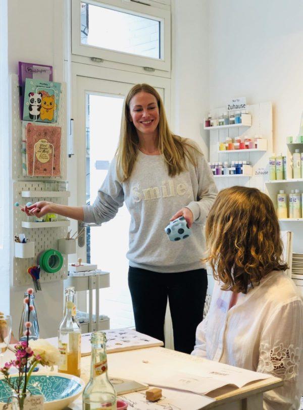 Bevor es losgeht erklärt Wiebke vom Porzellanfräulein den Teilnehmern des Workshops von Eilles Kaffee den Ablauf