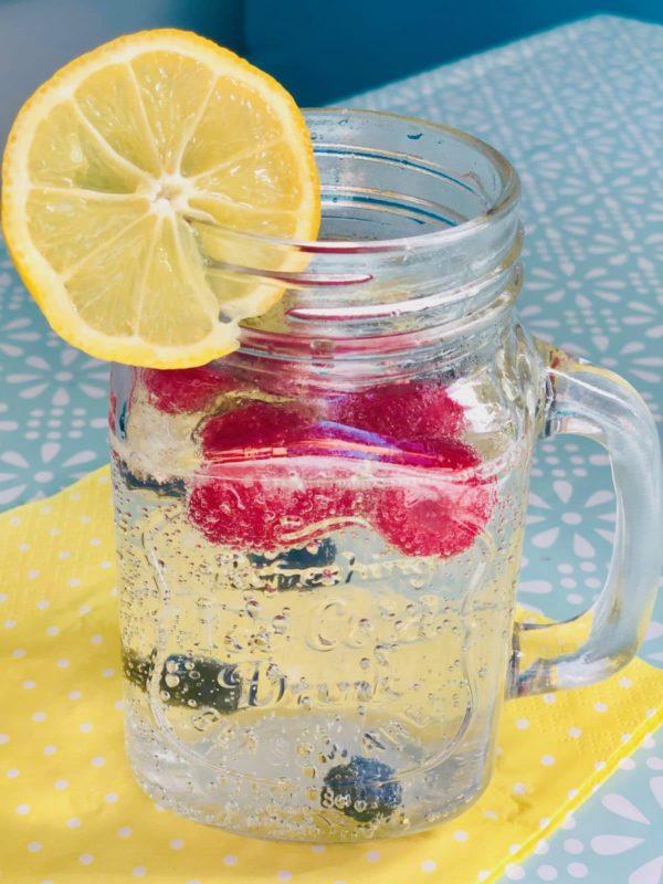 Perfekter Start in den Tag: Wasser und Yakult trinken